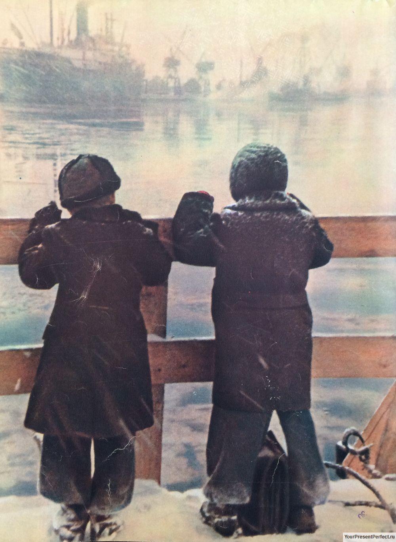 Мальчики на пристани. Журнал Огонек 1955