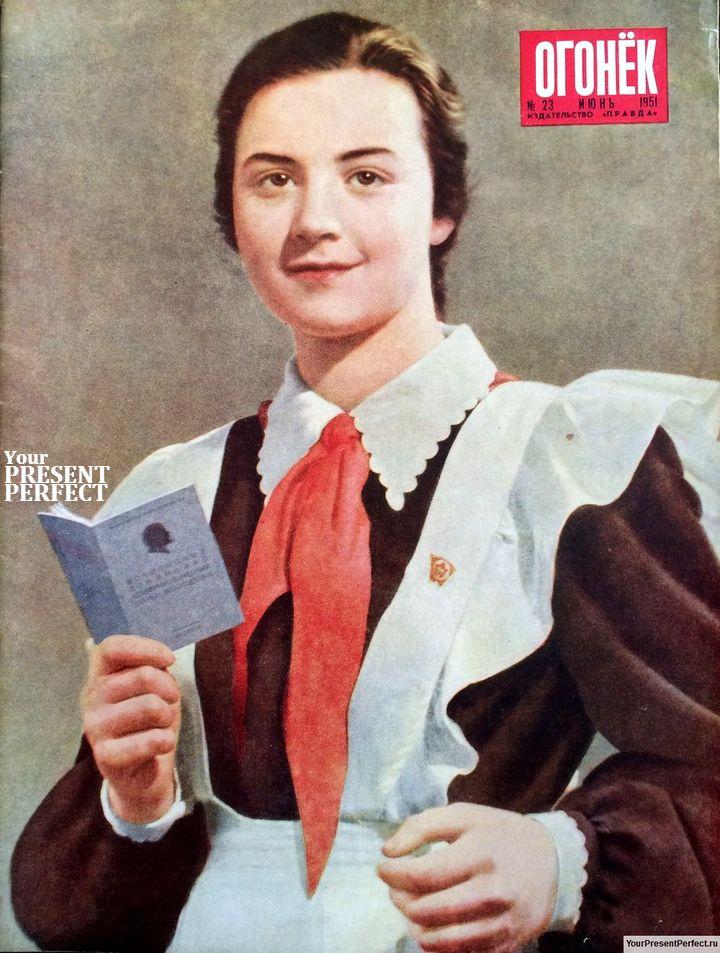 Виктории Муценко - ученице восьмого класса московской школы №290 - вручен комсомольский билет.