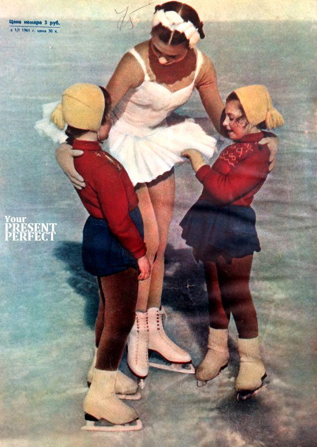 1960 г. Чемпион Советского Союза по фигурному катанию Татьяна Немцова с маленькими фигуристками на московском стадионе Юных пионеров.