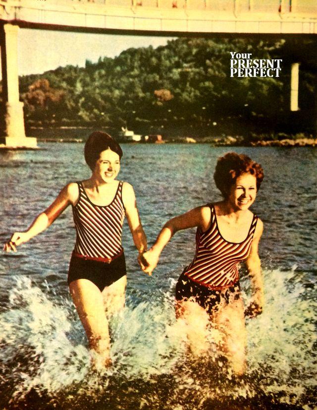 Фото СССР 1968 год. Девушки на реке. Журнал Украiна