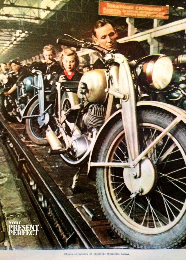 1950 год. Сборка мотоциклов на конвейере Ижевского завода. Журнал Огонек.