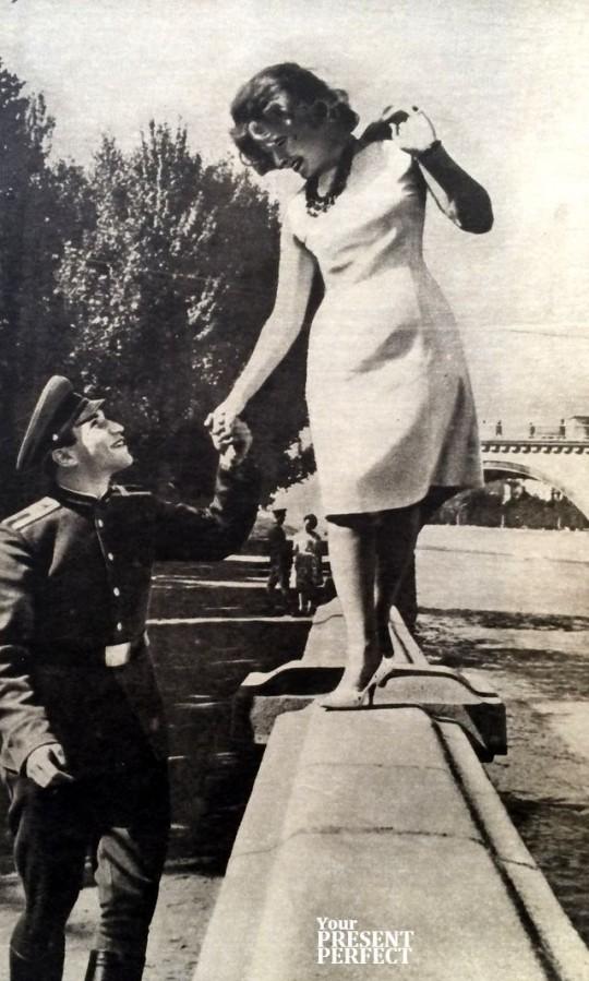 Младший сержант Виктор Гюльзатян и студентка-заочница Диана Кленина в выходной день. 1965 год.