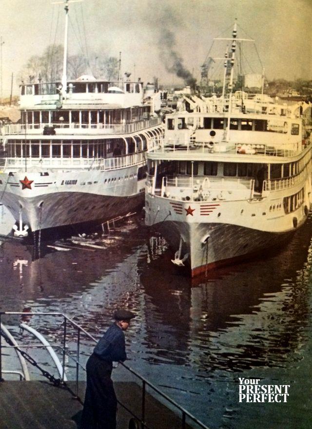 1956 г. Красноярск. Новые пассажирские суда в речном порту.