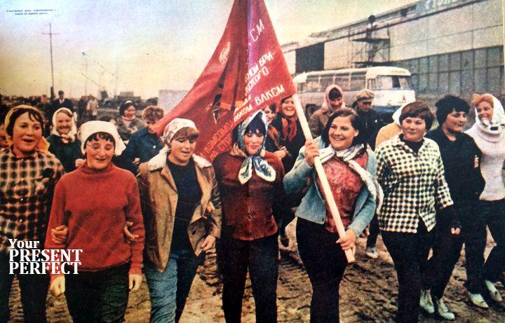 Счастливый день отделочников - знамя за первое место. 1969 год.