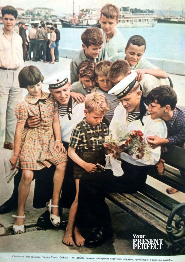 1956. Югославия. Набережная города Сплит. Сейчас и эти ребята получат автографы советских моряков, прибывших с визитом дружбы.