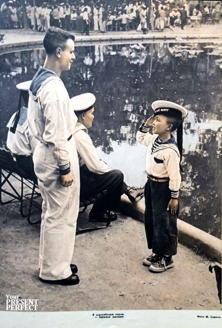 1956. В шанхайском парке. - Здравия желаем!