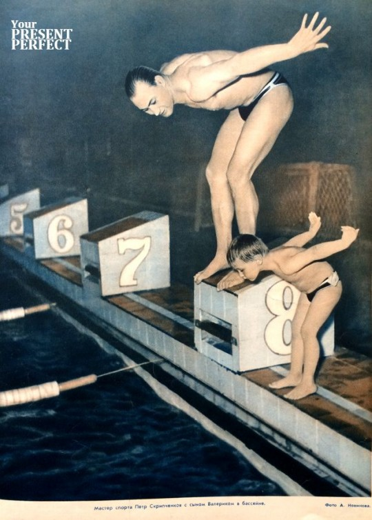 1955. Мастер спорта Петр Скрипченков с сыном Валериком в бассейне.
